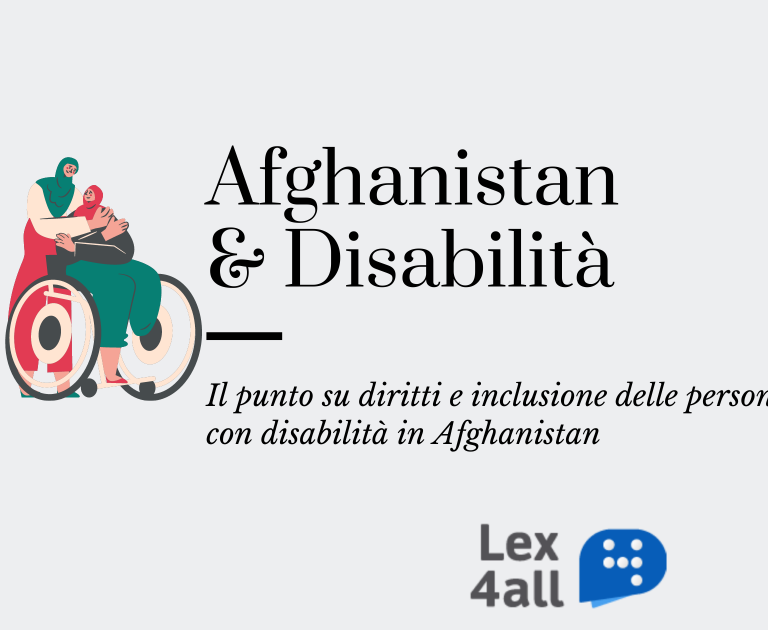 """L'immagine contiene titolo e sottotitolo dell'articolo: """"Afganistan e disabilità: il punto su diritti e inclusione delle persone con disabilità in Afghanistan"""", accompagnati dall'immagine di due donne musulmane che si abbracciano, una delle quali è su una sedia a rotelle"""